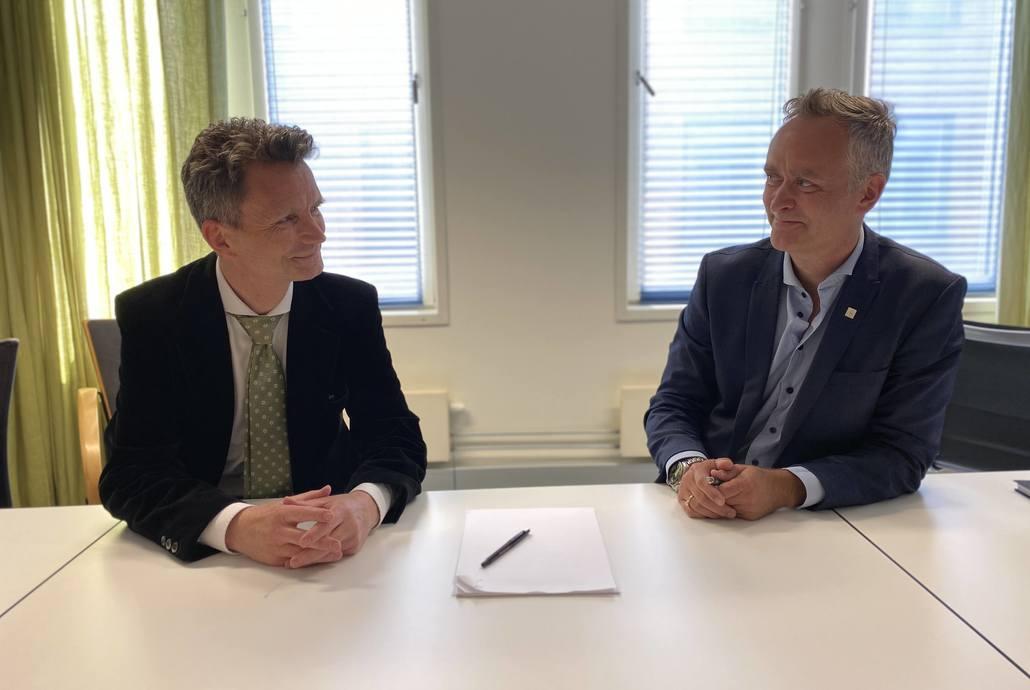 Kontrakten for planoppdraget med NTNUs campussamling ble signert denne uken. Asplan Viaks avdelingsleder Plan, Per Einar Saxegaard og Statsbyggs byggherredirektør, Marius Tunstad ser frem i mot et langsiktig samarbeid. Foto: Sissel Neksaa/Statsbygg