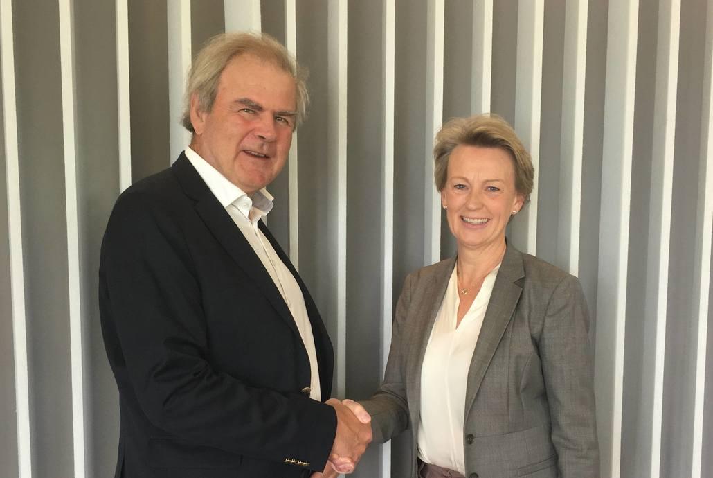 Ingeniør Per Rasmussen og Asplan Viaks administrerende direktør, Elisabeth Heggelund Tørstad, enige om oppkjøpsavtale.