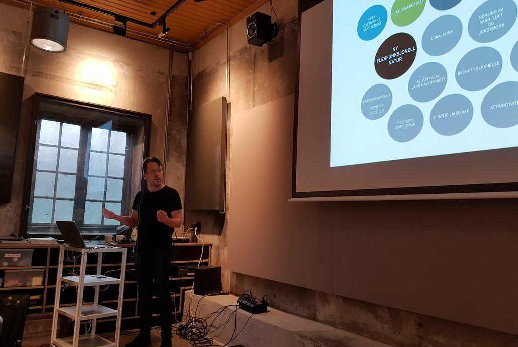 Vår landskapsarkitekt og byplanlegger Rune Skeie innledet frokostseminaret med å definere hva vi mener med begrepet bynatur . Foto: Asplan Viak