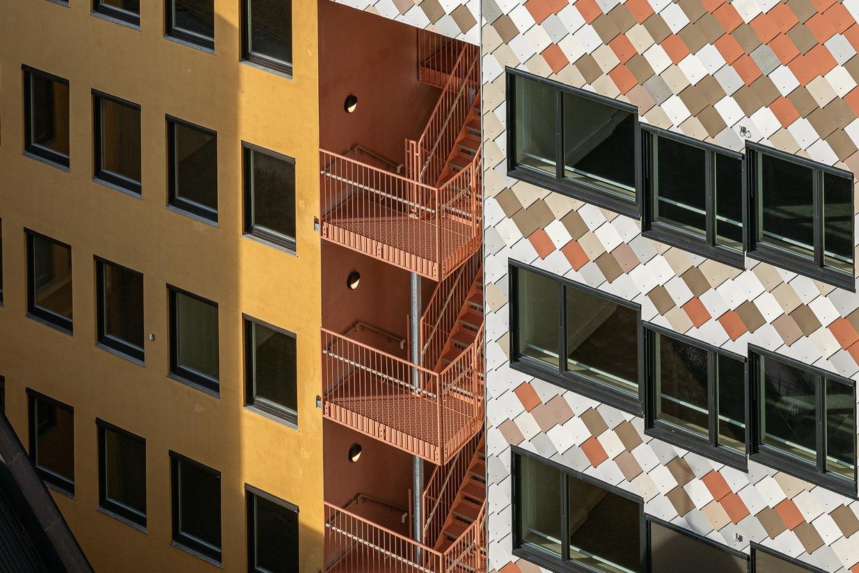 Materialer er bygget er hentet fra andre rivningsprosjekter. For eksempel kommer betongdekker fra Regjeringsbygg R4, vinduer fra Kværnerbyen, rekkverk fra Tøyenbadet, steinbelegning til uteterrasse fra fasadekledning i Drammensveien. Foto: Kyrre Sundal.
