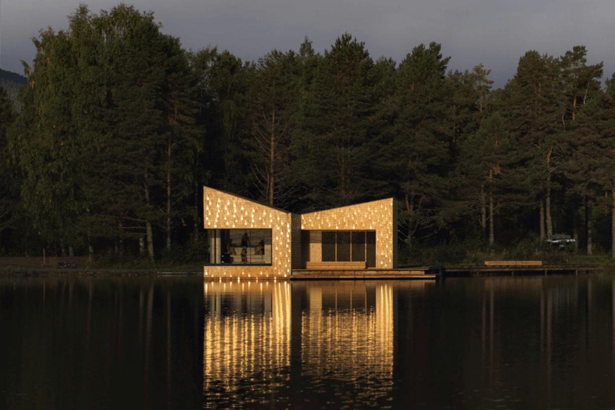 Ved innsjøen Bandak i Dalen i Telemark kan du av og til se det blinke gyllent i vannkanten. Det er solen som reflekteres i gullsponen som er vevd inn i fasadene på badstuen Soria Moria. Prosjektet ble ferdigstilt i 2018 og er et av seks prosjekter som skal virkeliggjøres langs Telemarkskanalen.  Foto: Dag jenssen