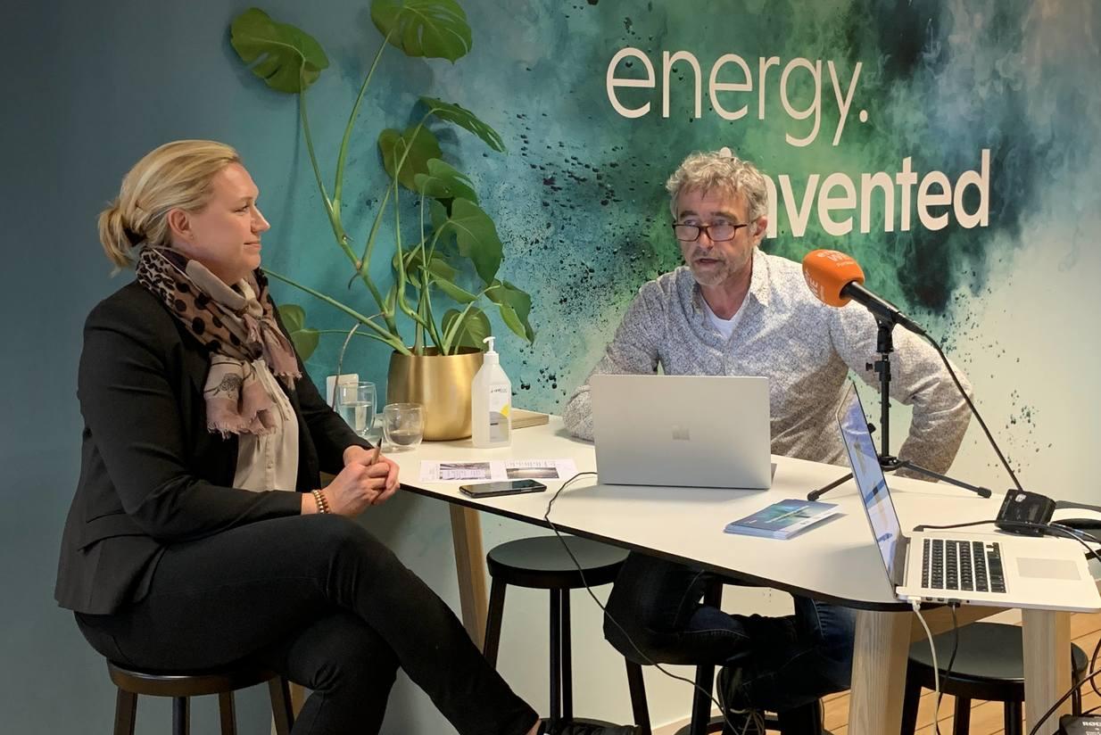Asplan Viaks solekspert Peter Bernhard og Trine Kopstad Berentsen, leder for Solenergiklyngen. Foto: Cato A. Mørk.