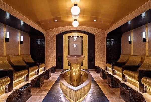 Interiøret har vakre mosaikkfliser. Foto: The Well