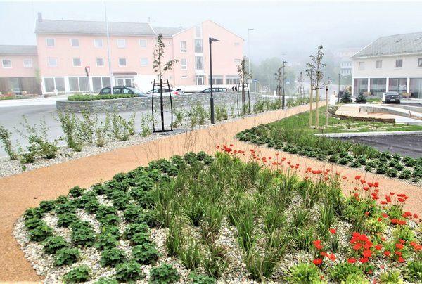 Glomfjord sentrum har fått en oppgradering av veger, vegetasjon og oppholdssoner. Foto: Asplan Viak