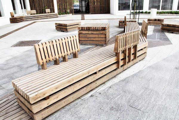 Særegne sittemøblement på torget. Foto: Asplan Viak