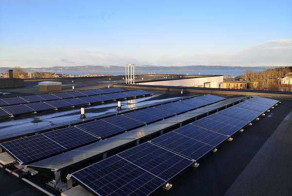 Trondheim kommunes første solcelleanlegg montert på Dragvoll helse- og velferdssenter. Foto: Asplan Viak