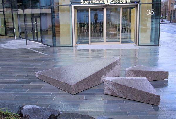 Anortositt fra Sirevåg, utformet med samme fotavtrykk som bygningen. Foto: Jack Jensen