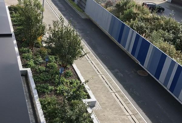 Bildet illustrerer prosjektets utfordringer, hvor byggefaser gjør at kun halve gågaten er etablert i denne omgang. Foto: Asplan Viak