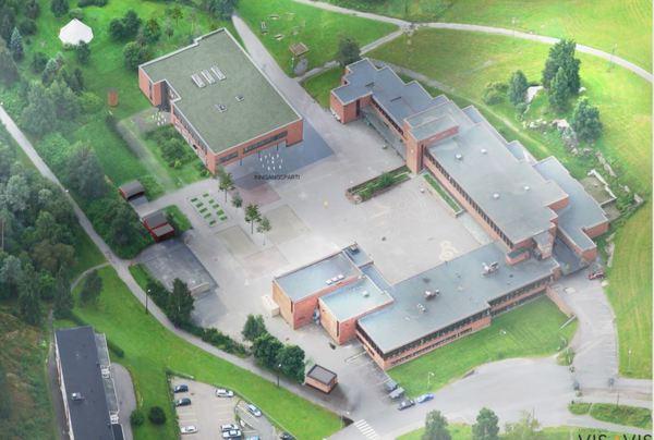 Oversiktsbilde over eksisterende skolebygg (til høyre), og nybygget (oppe til venstre). Illustrasjon: Arkitektene Vis a Vis