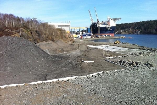 Deponi i indre del av Bukkevika tildekkes med duk og drenslag. Foto: Arendal kommune