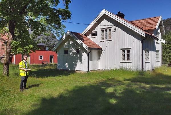 Samuel Billaud Feragen på feltarbeid i Gjerstad kommune, hvor Asplan Viak testet ut systemet for registreringen av verneverdige bygninger. Foto: Asplan Viak