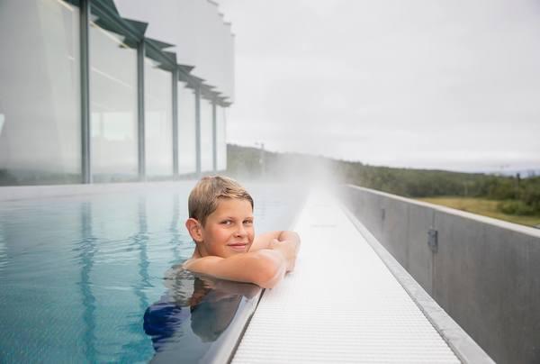 I utebassenget kan publikum nyte flott nordnorsk natur året rundt. Foto: Tromsøbadet