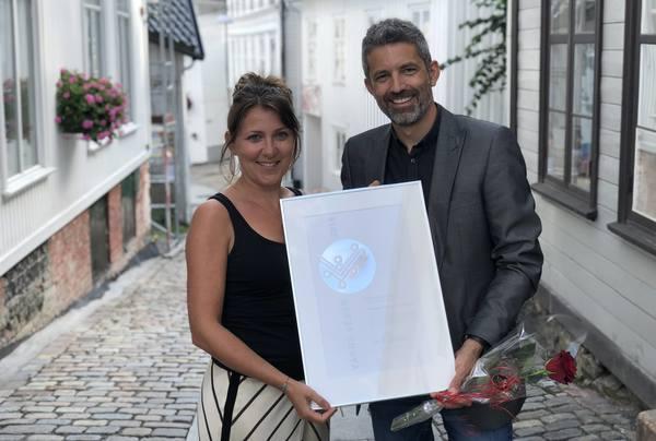 Sigrid Lofthus Drange, prosjekterende landskapsarkitekt, og Espen Evensen Reinfjord, fagansvarlig for landskap, med prisen. Foto: Asplan Viak