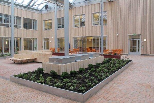 Sykehjemmet er organisert rundt to atrium som gir lys, opplevelse og en lav terskel får å gå ut hele året. Foto: Asplan Viak.