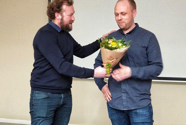 Gruppeleder for samferdsel i Stavanger/Haugesund, Martin Mitchell tok godt i mot Geir Mortveit, som har æren av å være vår tusende ansatte. Foto: Asplan Viak