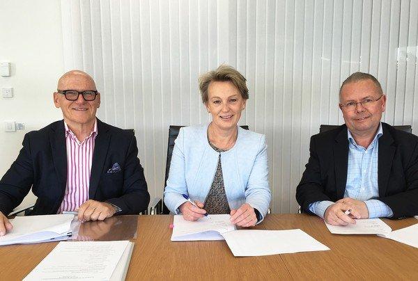 Asplan Viak signerte i dag på overtagelse av Structor Bergen. (f.v.) Jan Ove Holmen, administrerende direktør Structor Holding, Elisabeh Heggelund Tørstad, adm. dir. Asplan Viak og Bjørn Horn
