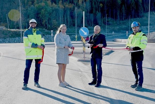 Odd Ivar Kjærås fra Asplan Viak, ordfører Elin Gran Weggesrud, Hans Hilding Hønsvall fra fylkeskommunen og Sindre Stampe fra Kjeldaas as sto for snorklippingen. Foto Ingunn Bråthen, Sande Avis.