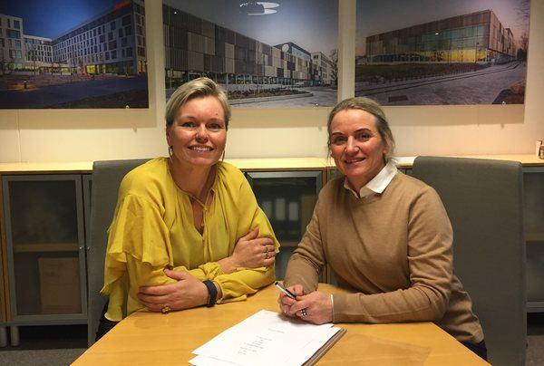 Nasjonal avdelingsleder for Arkitektur hos Asplan Viak, Cecilie Bjerke Skjømming og daglig leder for SMS Arkitekter AS, Heidi Nilssen har signert oppkjøpskontrakt.